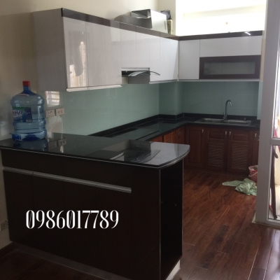 Tủ bếp chữ l kết hợp với bàn bar của nhà Anh Lâm, phố Hạ Đình , Hà Nội